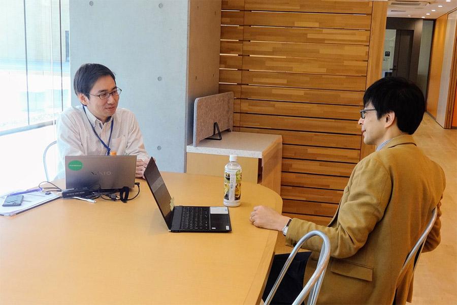 学校でのインタビュー 左:ガイアックス 木村 撮影:ドルトン東京学園