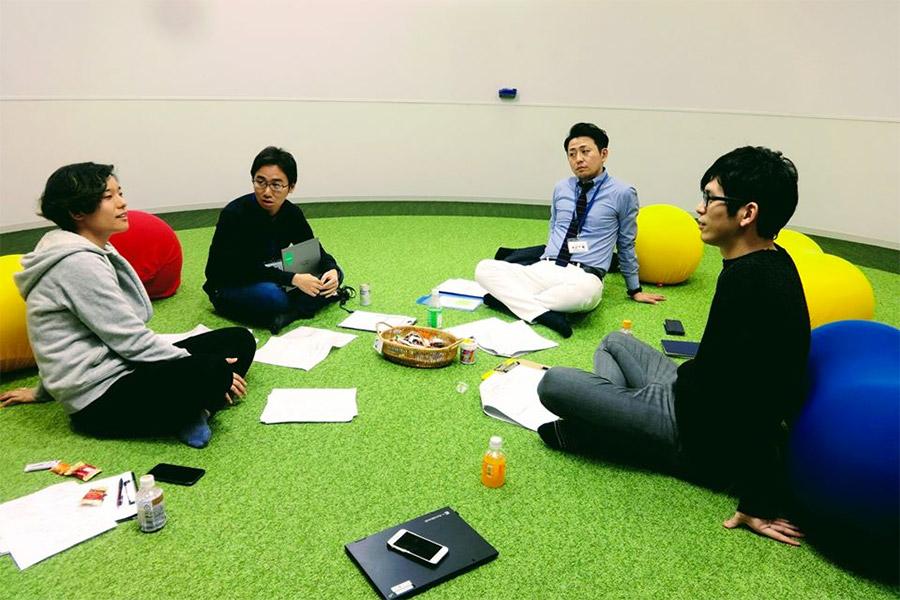 学校で打合せ 左から:ガイアックス 日比、木村、先生 撮影:ドルトン東京学園